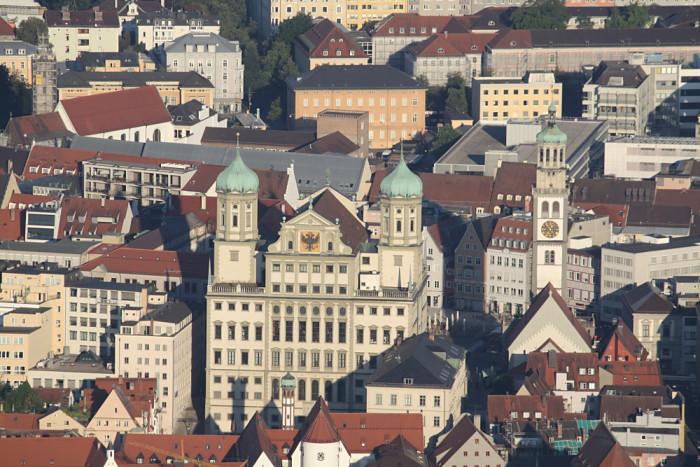 Das Rathaus Augsburg aus der Luft